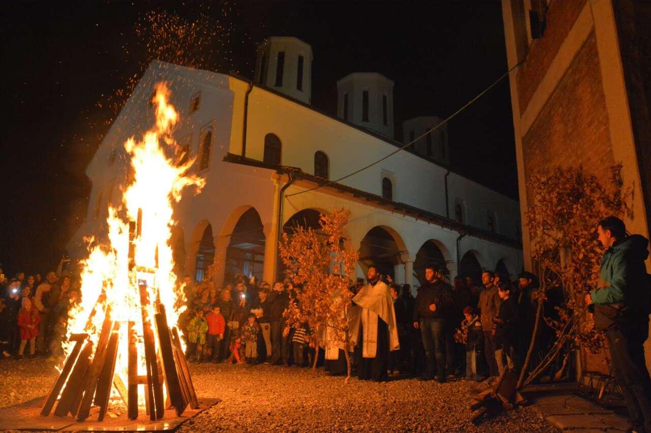 Photo of Paljenje badnjaka u Tijabarskoj crkvi