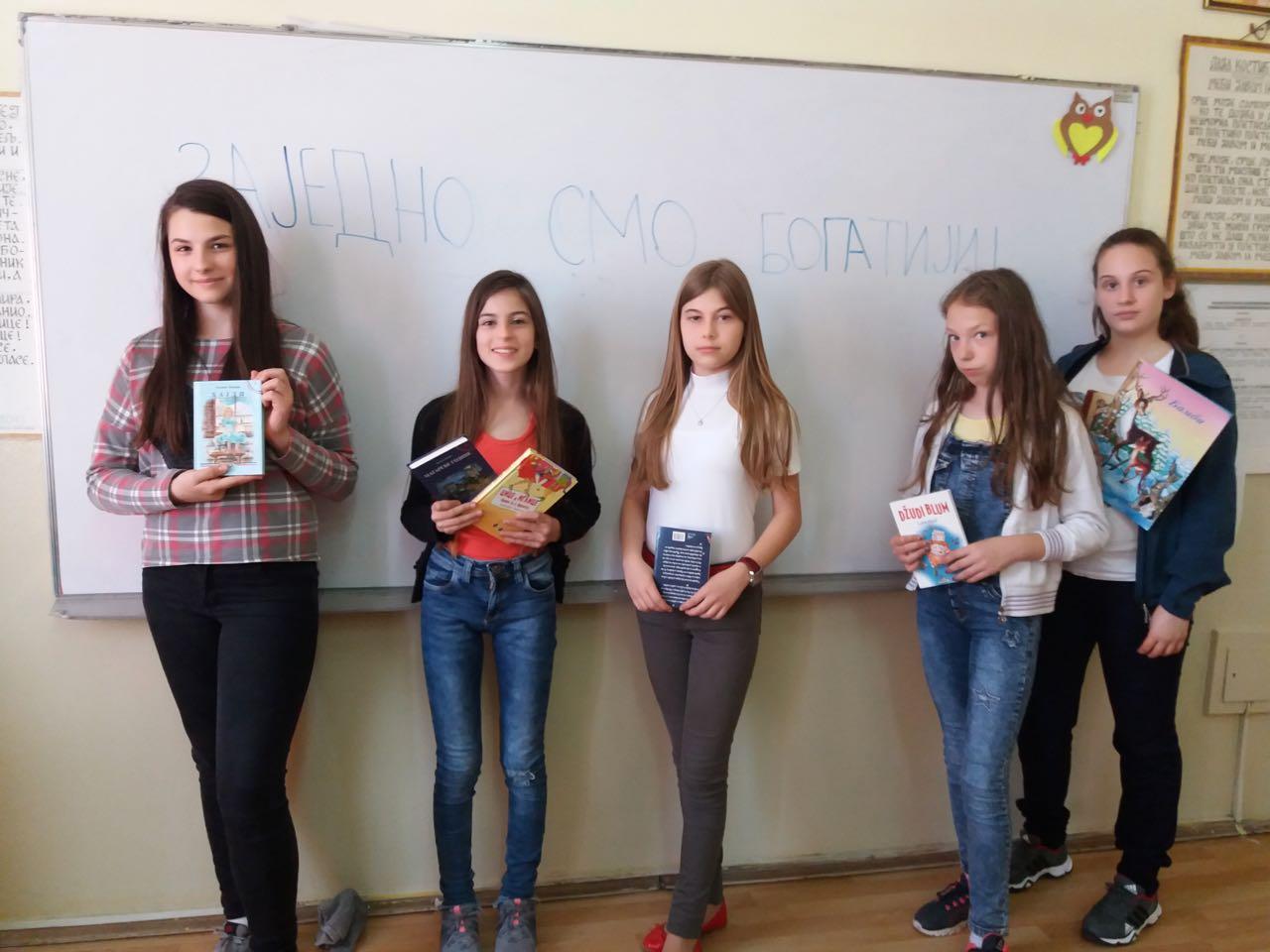 Photo of Vršnjacima iz ugroženih porodica poklonili knjige
