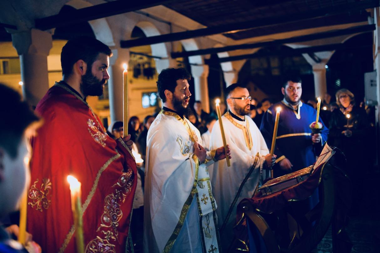 Photo of Blagodatni oganj stigao u Pirot – služena ponoćna Vaskršnja liturgija u Tijabarskoj crkvi