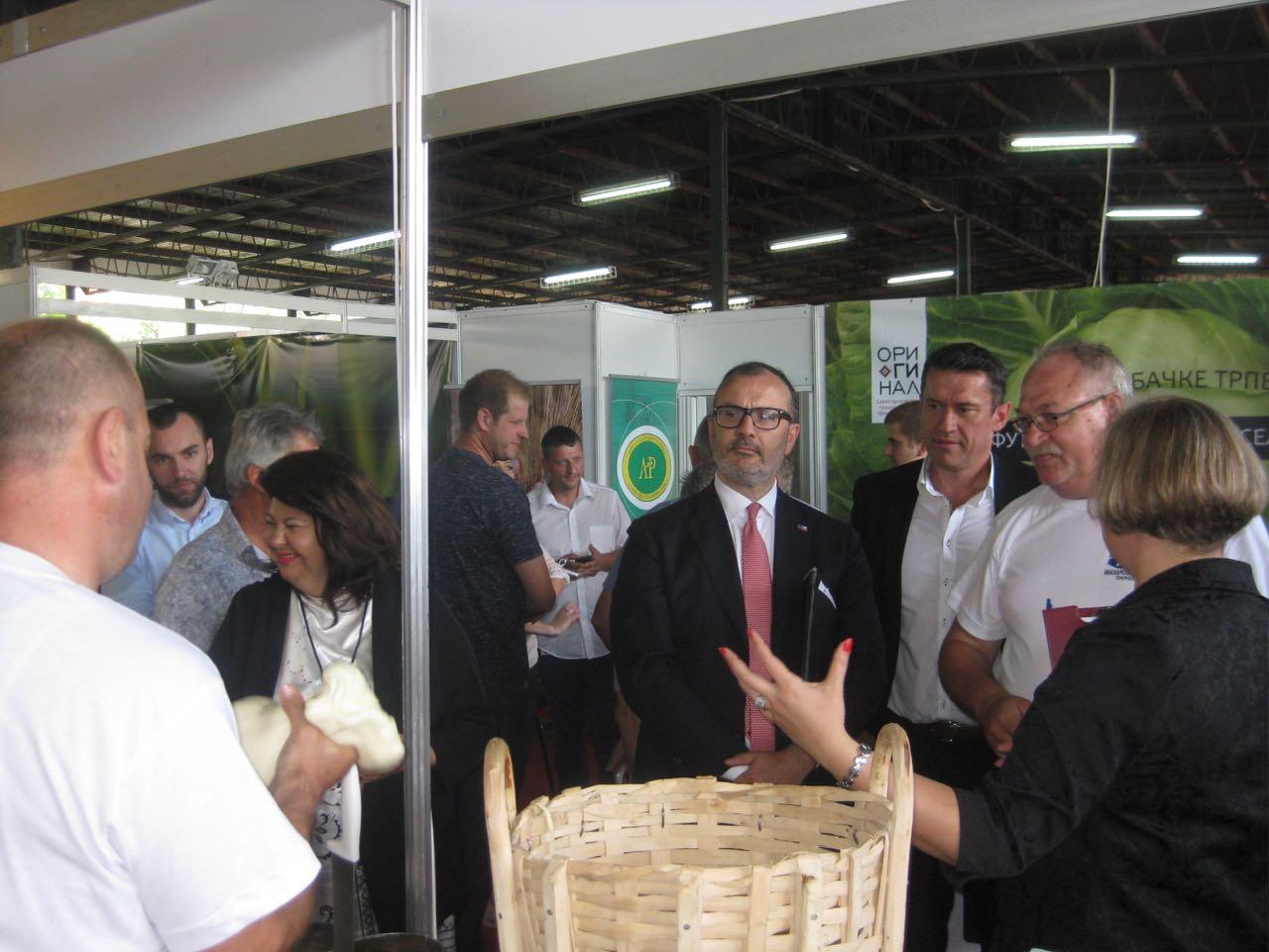 Photo of Šef delegacije EU Sem Fabrici probao pirotski kačkavalj – svi oduševljeni kvalitetom