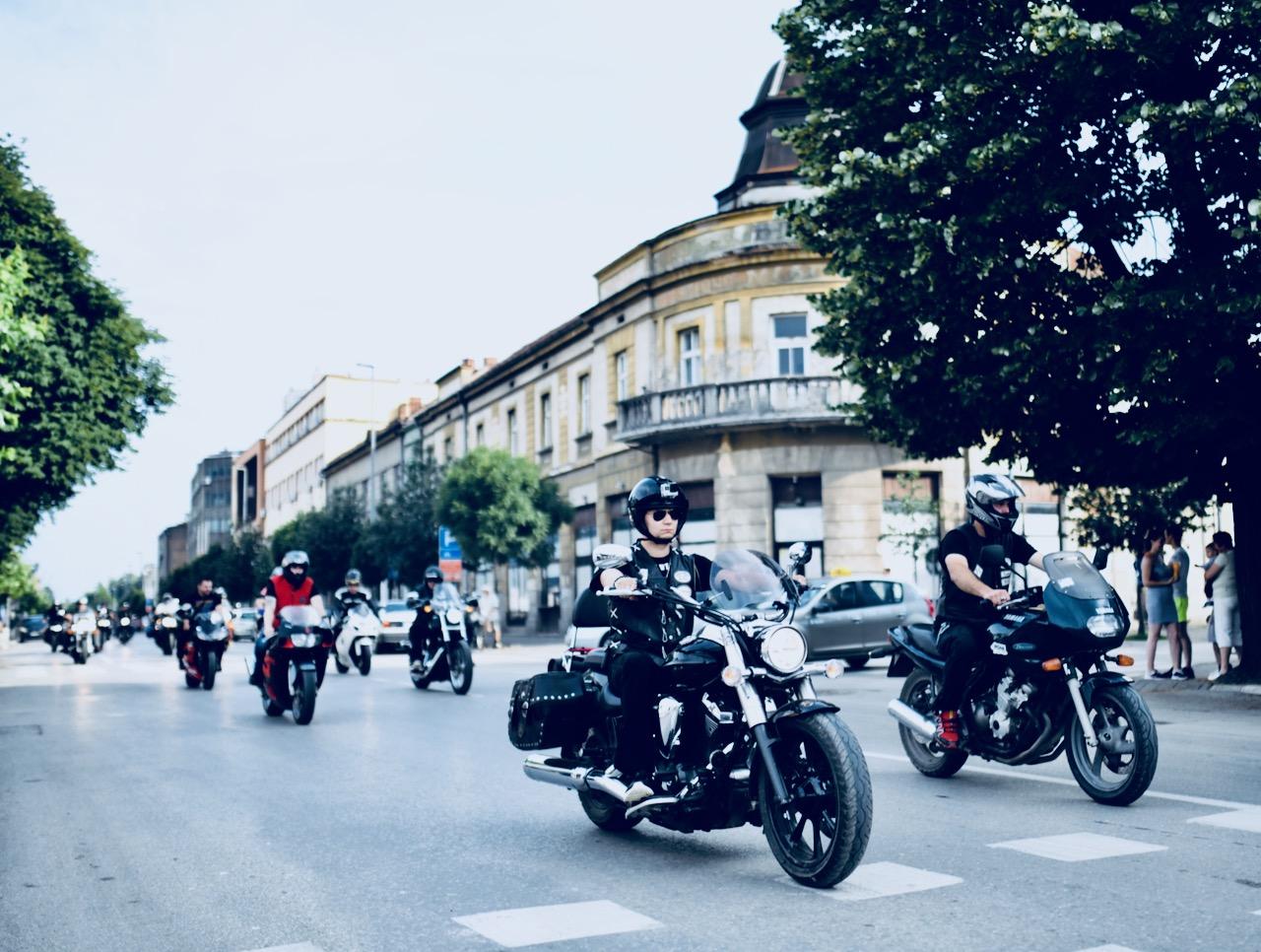 Photo of Bajkeri defilovali centrom grada na oduševljenje Piroćanaca (FOTO)