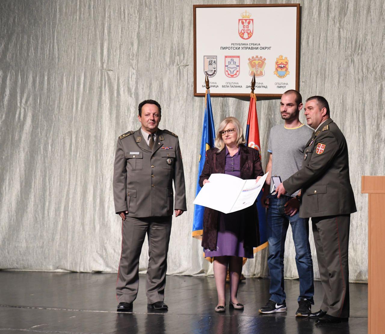 Photo of Značke i zahvalnice vojnicima koji su služili dobrovoljno vojni rok sa oružjem