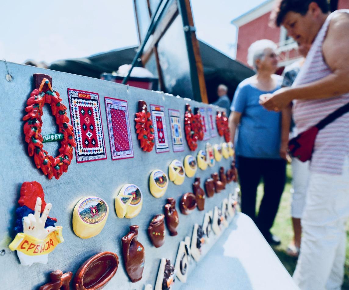 Photo of Hit suveniri iz Pirota – magneti u obliku pirotskog kačkavalja, peglane kobasica, niza suve pirotske paprike