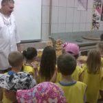 Mališani iz vrtića učili kako se mesi hleb, pravili kiflice, projice u radionici Mlekarske škole