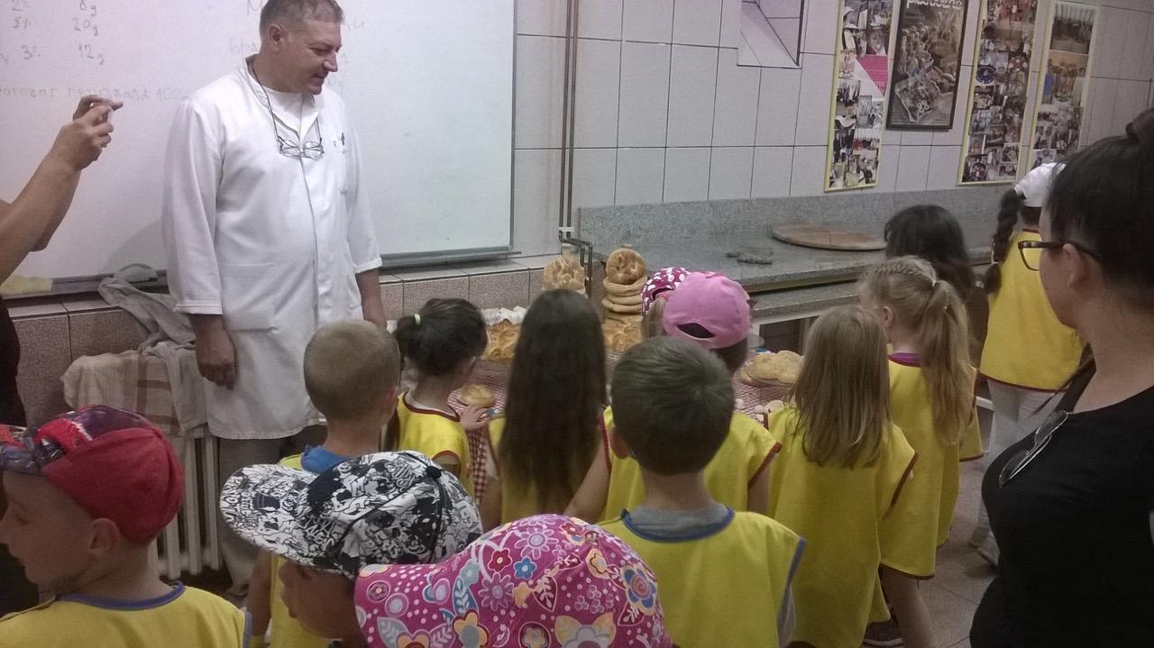 Photo of Mališani iz vrtića učili kako se mesi hleb, pravili kiflice, projice u radionici Mlekarske škole