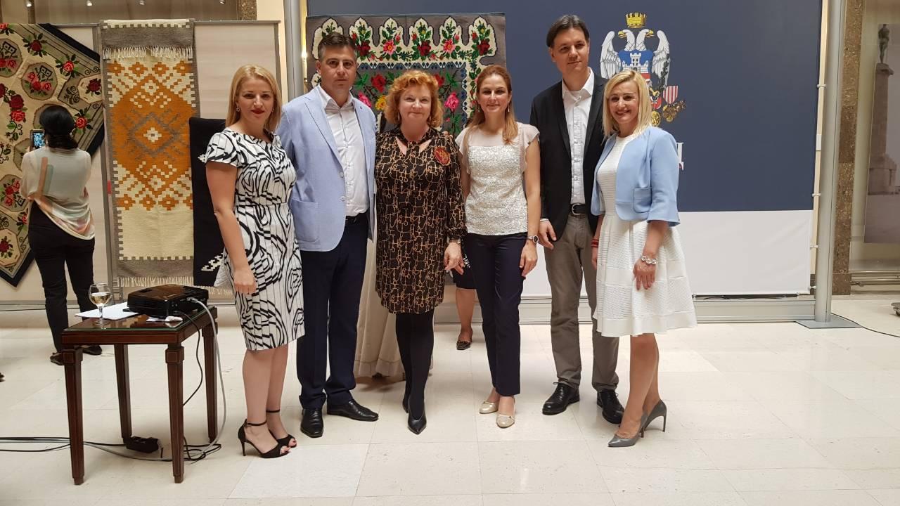 Photo of Džulija Fini, ambasadorka Australije i veliki promoter pirotskog ćilima oprostila se od Srbije