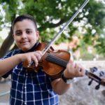"""Mladi talentovani violinista Adrian Mašić """"spojio"""" Majkl Džeksona i tradicionalne romske melodije"""