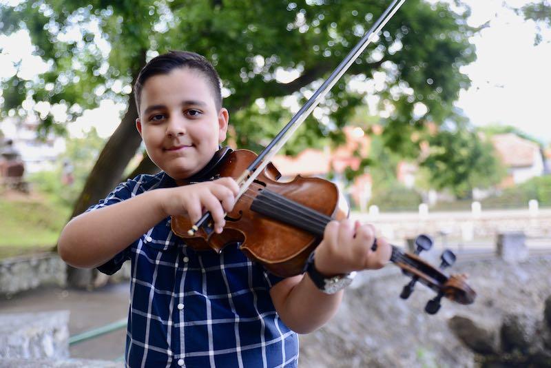 """Photo of Mladi talentovani violinista Adrian Mašić """"spojio"""" Majkl Džeksona i tradicionalne romske melodije"""