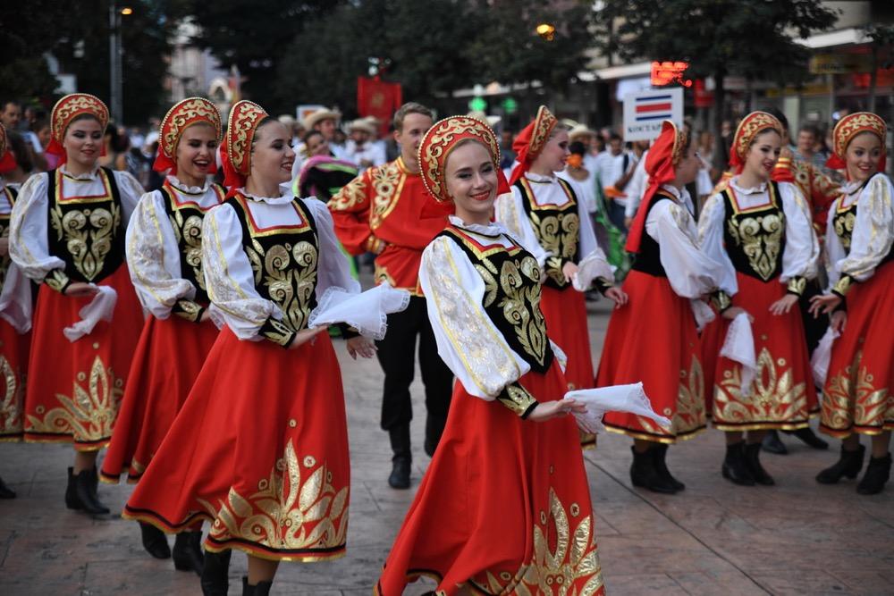 Photo of Parada folkloraca iz Rusije, Kolumbije, Kostarike, Makedonije ulicama Pirota  (Foto)