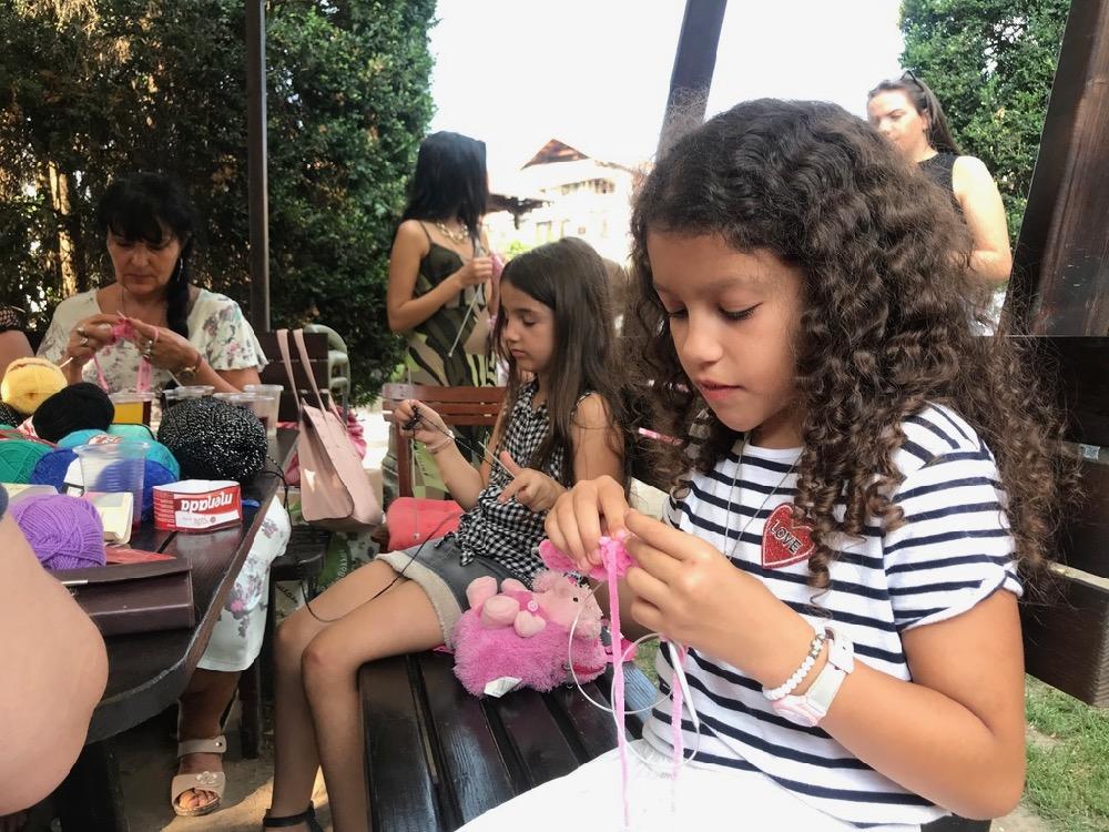 "Photo of ""Tinejdžeri na sedenću"" u dvorištu Muzeja Ponišavlja"