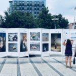 """Velika seoba naroda na Zapad prikazana kroz fotografije - izložba """"Ostavljena sećanja"""" u centru Pirota"""