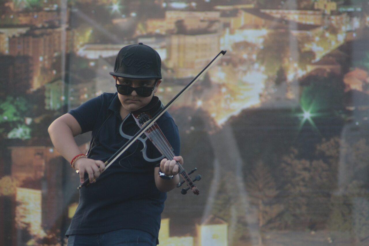 Photo of Romi svome gradu – mali genije na violini Adrian Mašić dobio ovacije publike
