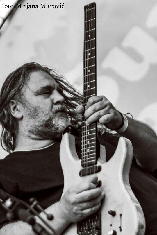 Photo of Nikola Vranjković, kultni srpski rok muzičar nastupa u Pirotu
