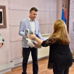 Briga za potomstvo: Grad Pirot darivao budućim mladim roditeljima auto-sedišta za bebe