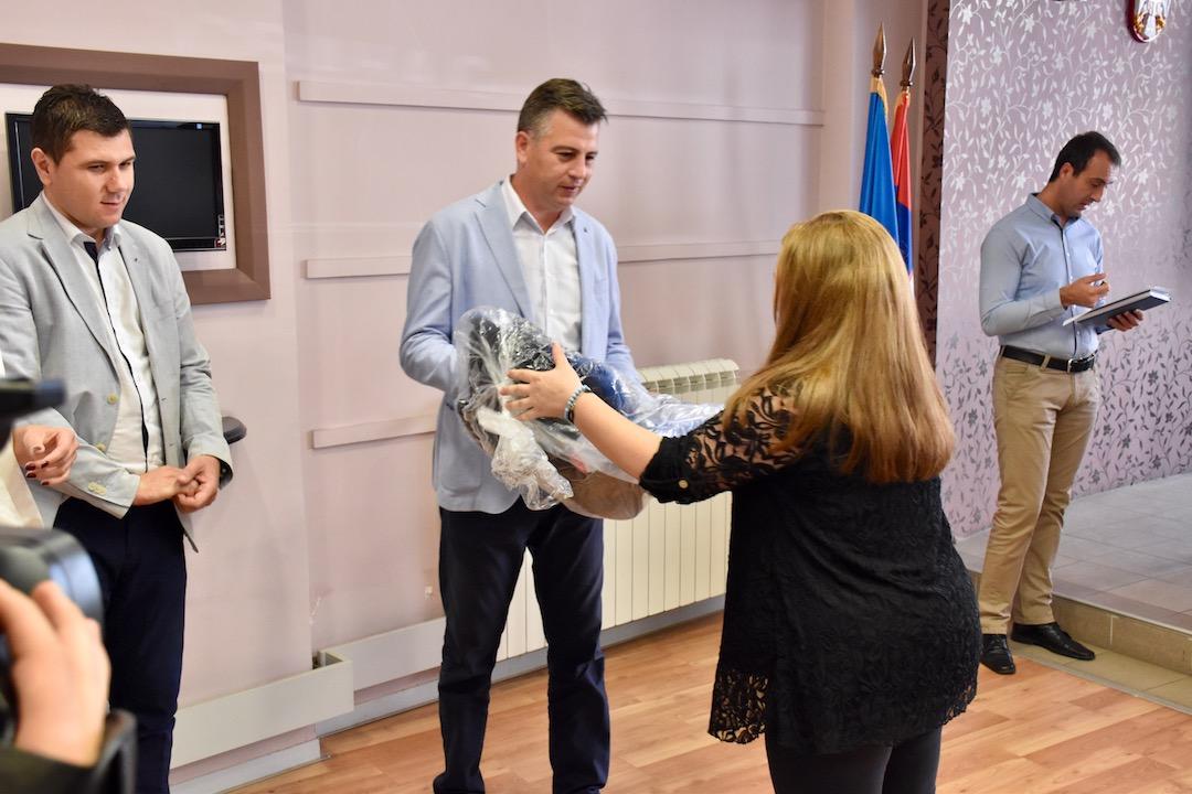 Photo of Briga za potomstvo: Grad Pirot darivao budućim mladim roditeljima auto-sedišta za bebe