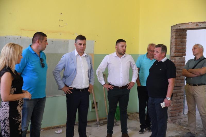 Photo of Vasić: Uskoro rekonstrukcija i Gimnazije i Opšte bolnice Pirot
