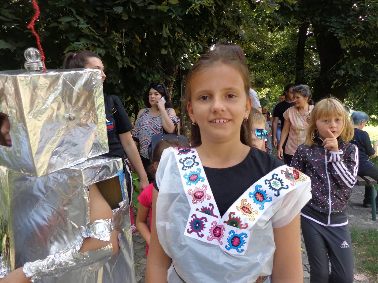"""Photo of Pirotski školarci deo globalne ekološke kampanje """"Očistimo svet"""" – defilovali gradom u kostimima od recikliranih materijala"""