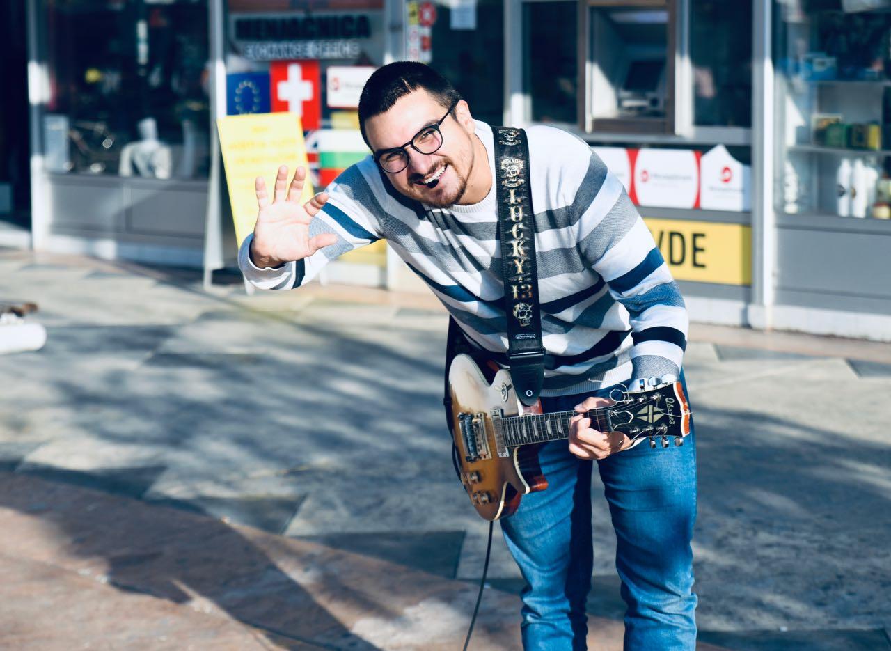 Photo of Miljenik Piroćanaca – humani ulični muzičar Ivan Vukadinović komponovao muziku za rok operu