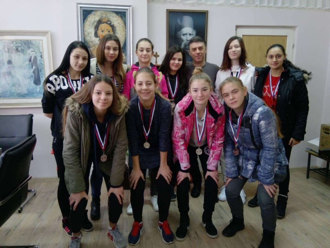 Photo of Učenice Ekonomske škole osvojile srebro na Republičkom takmičenju u malom fudbalu