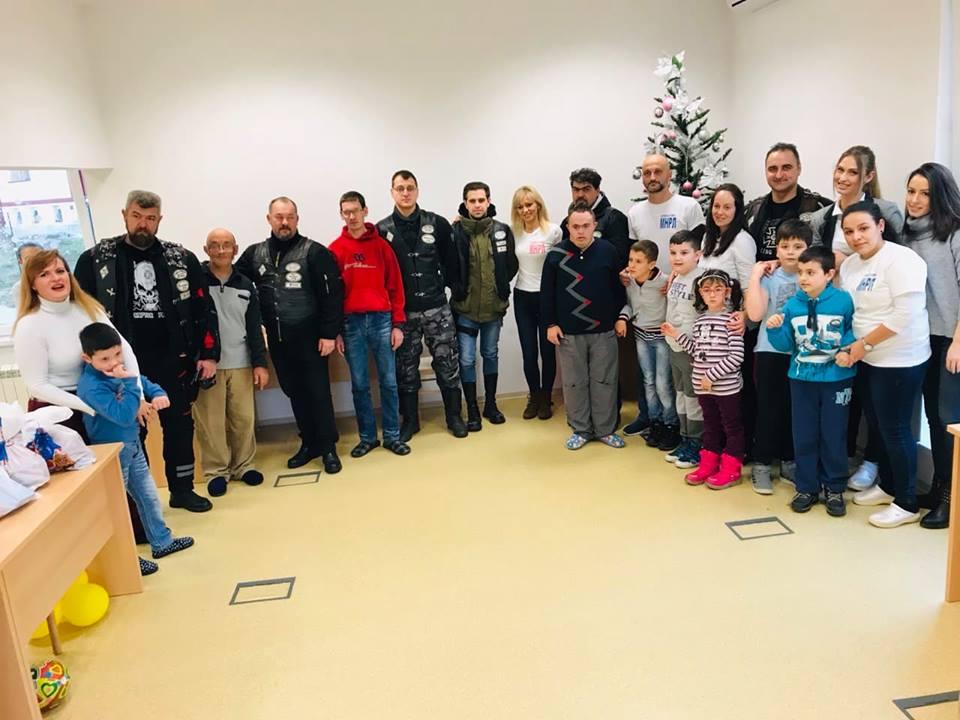 """Photo of Bajkeri iz kluba  """"Rolling Wheels"""" delili paketiće osobama sa smetnjama u razvoju iz Udruženja za pomoć MNRL"""