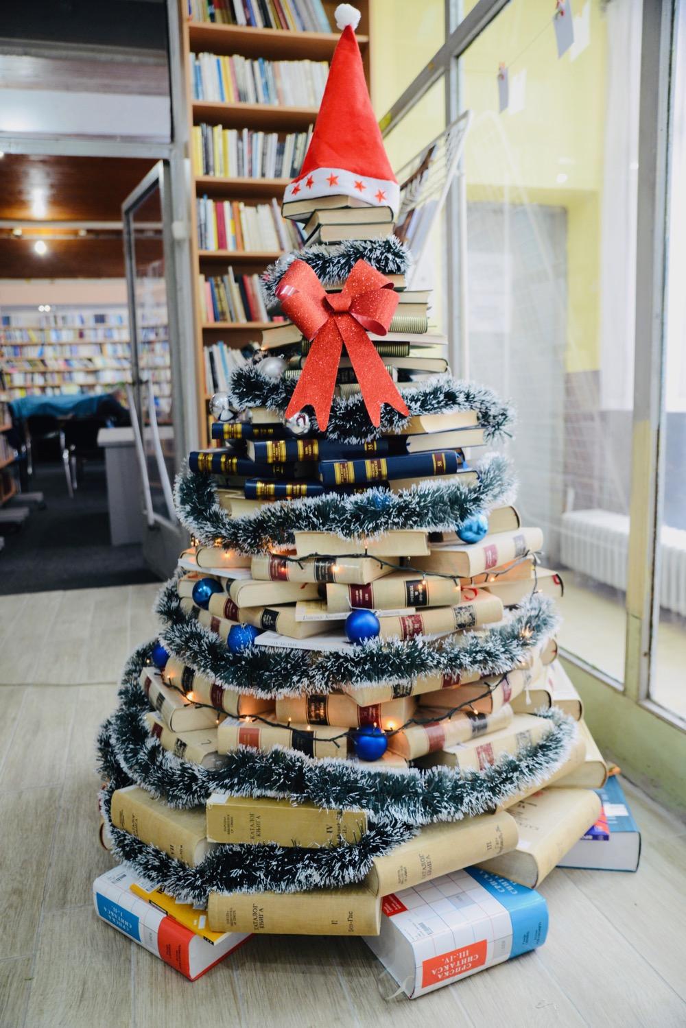 Photo of Narodna biblioteka Pirot: Novogodišnja jelka od knjiga (FOTO)