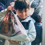 Mališanima koji su napustili svoje domove podelili paketiće i izmamili osmehe na lica