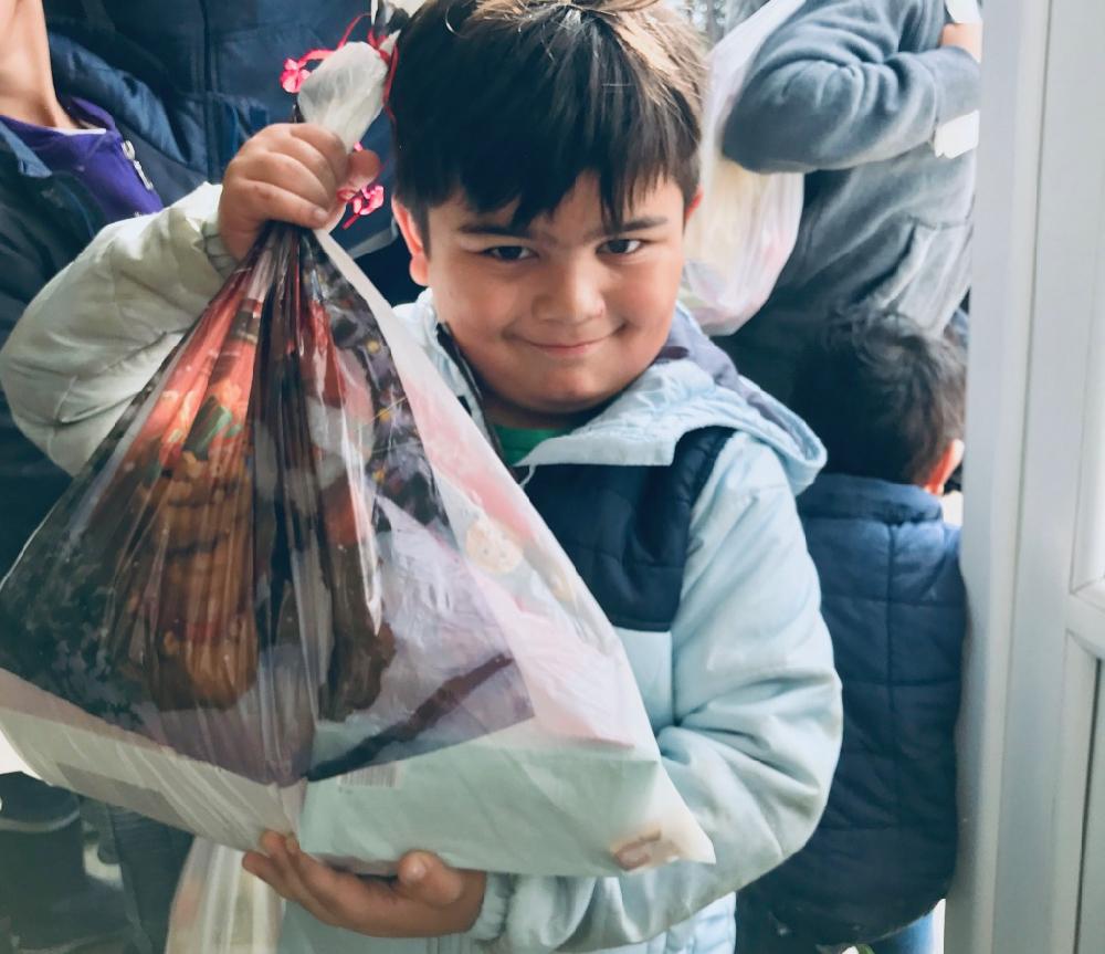 Photo of Mališanima koji su napustili svoje domove podelili paketiće i izmamili osmehe na lica