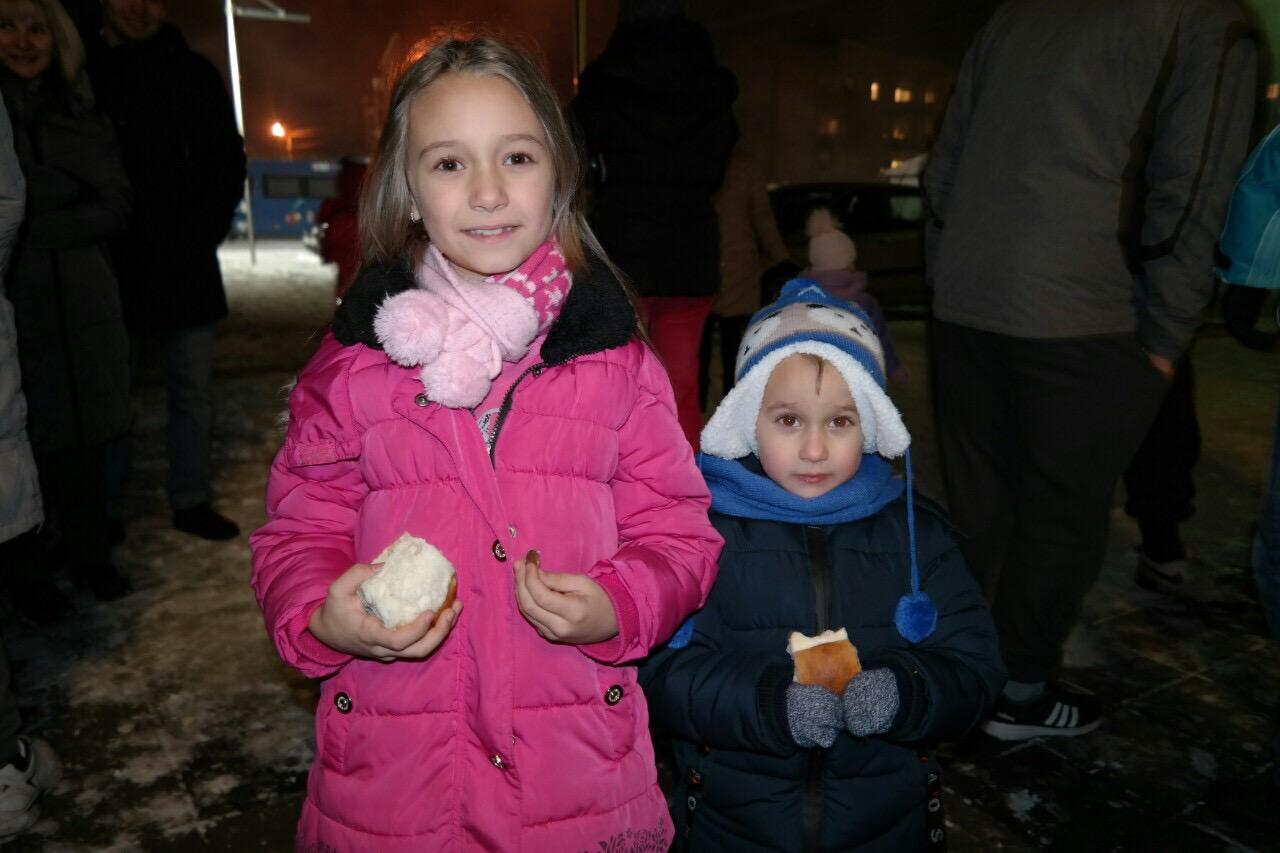 "Photo of Mala Dunja srećne ruke na lomljenju česnice u MZ ""8. septembar"""