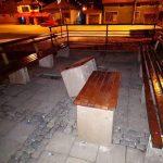 Izvadjene i razbacane klupe parku na Kaleu