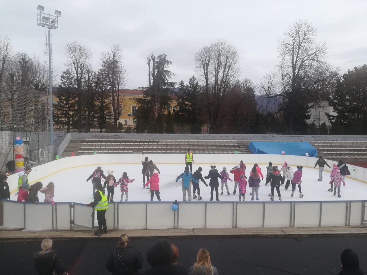 Photo of Božićna škola krenula punom parom, prepuni sportski tereni, hala Kej, klizalište, skijalište