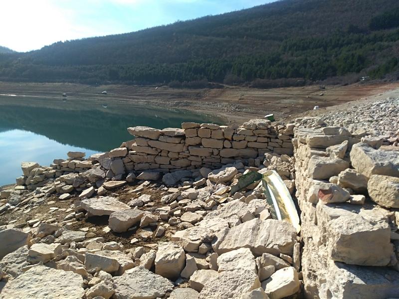 """Photo of Zavojsko jezero:""""Izronili"""" temelji radionice i zidovi kuća nekadašnjeg Zavoja"""