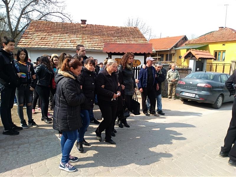 Photo of U pirotskom selu Temska sahranjen Srđan Đ.(16), žrtva saobraćajne nesreće kod Blata