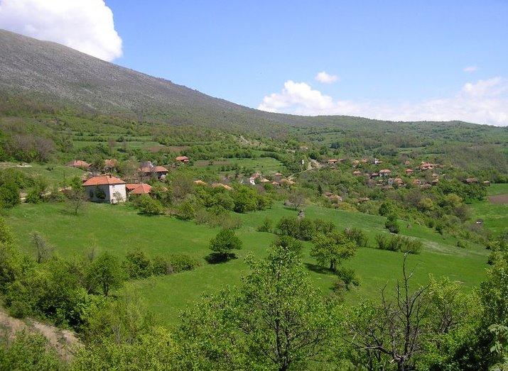 Photo of Selo Štrbovac: Poklanjaju placeve kako bi očuvali selo od nestanka. Sami saniraju put, most, školu