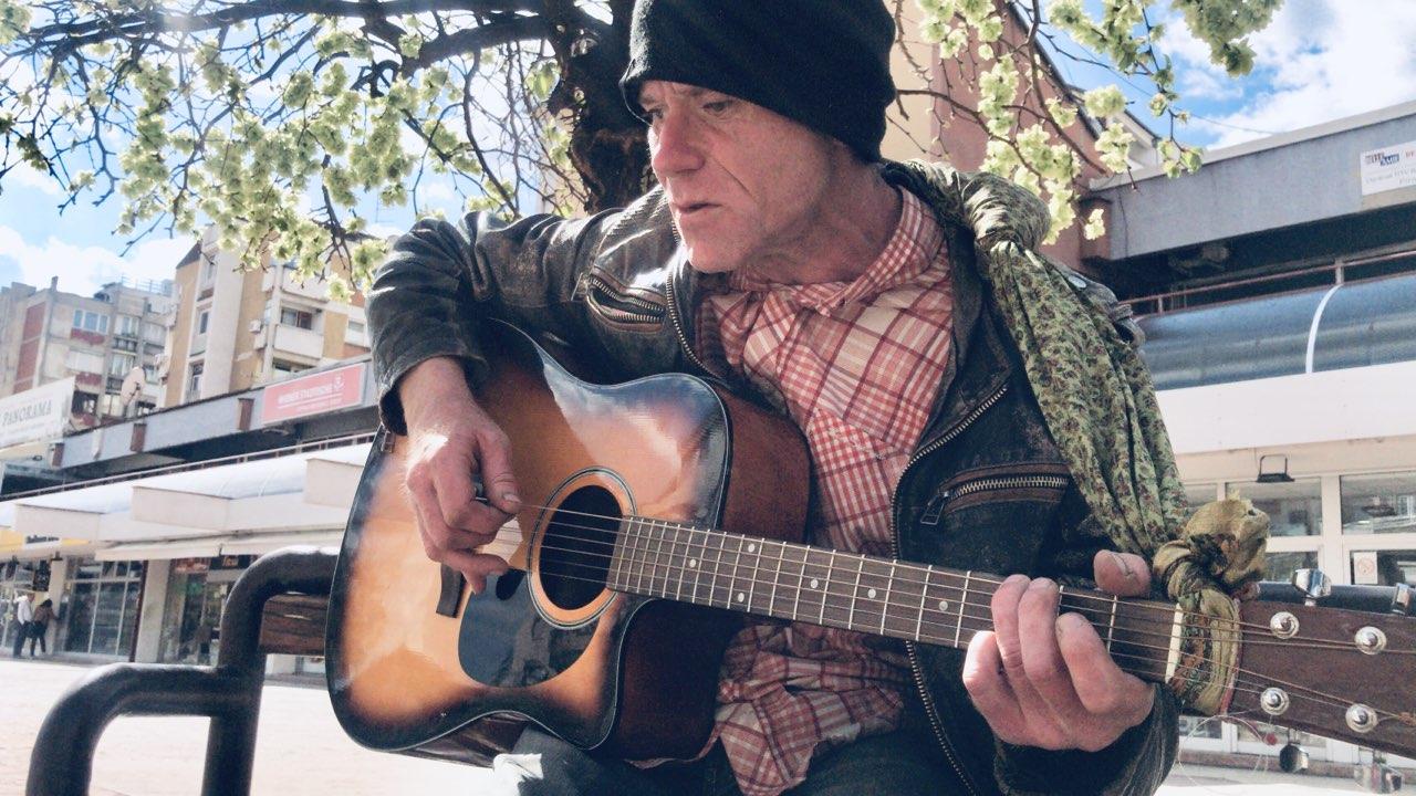 Photo of Škotlanđanin u Pirotu kao kod kuće. Peške, sa gitarom, putuje od Bugarske do rodnog Glazgova u Škotskoj