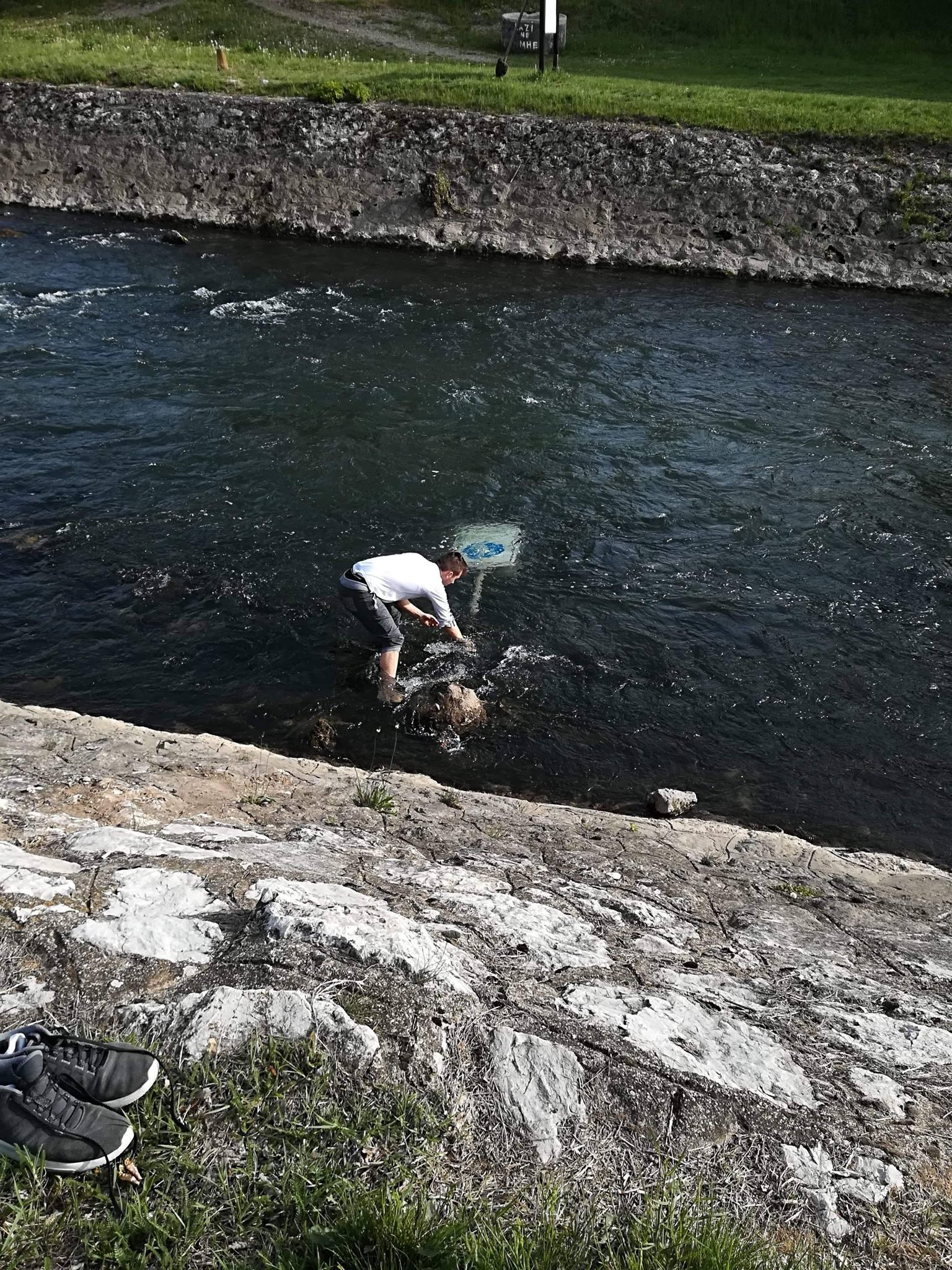 Photo of Mladi Piroćanci odgovorili vandalima – izvadili znakove iz reke i uputili snažnu poruku svima