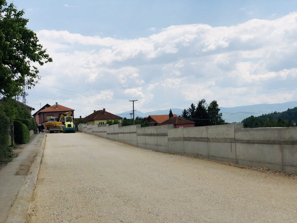 Photo of Ul. Ruzmarina: Završen potporni zid, počele pripreme za asfaltiranje