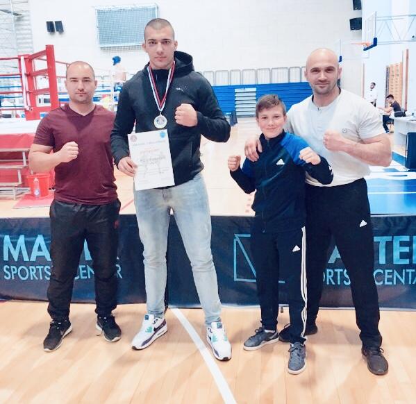 Photo of Veliki Saša Nikolić. Nakon titule prvaka države u boksu, postao prvak i u kik-boksu