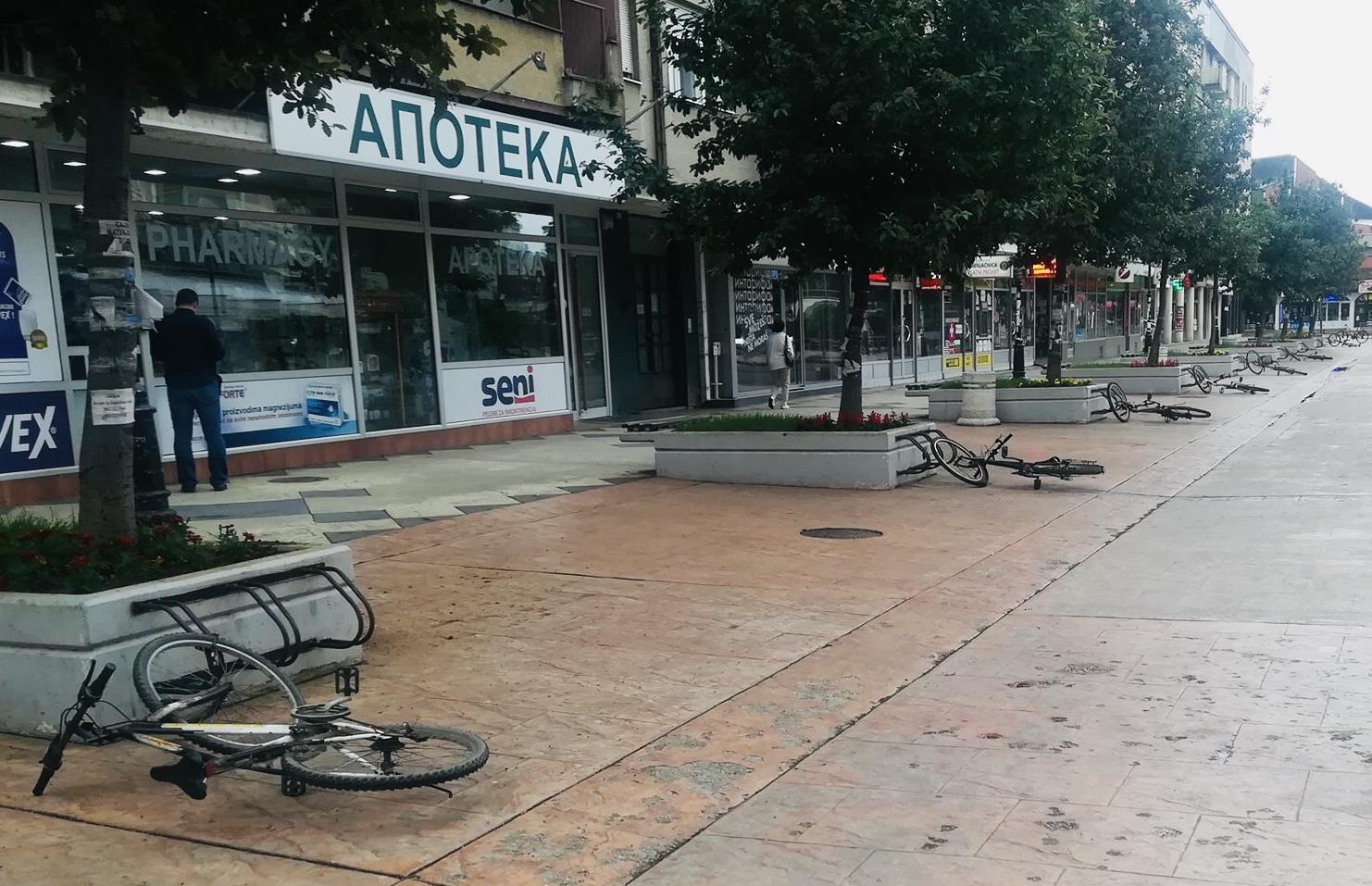 Photo of Nepoznati izgrednici iskalili svoj bes ba parkiranim biciklima u najstrožem centru grada