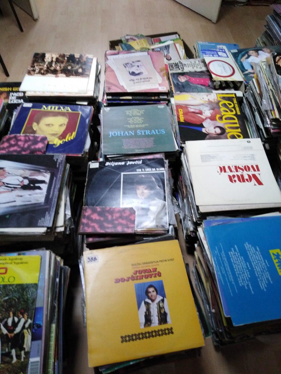 Photo of Velika kolekcija ploča Radio Pirota predata Istorijskom arhivu