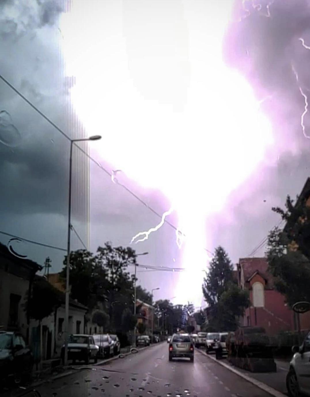 Photo of Stravičan snimak udara groma u okolini Pirota (FOTO)