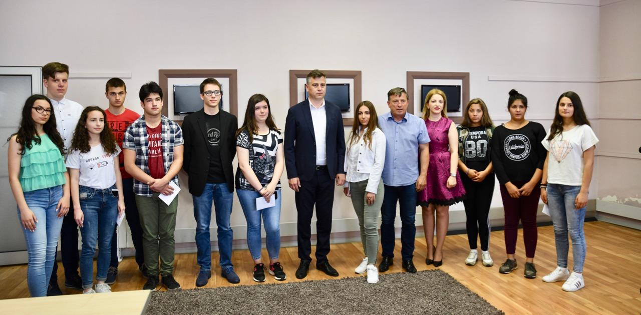 Photo of Grad Pirot nagradio učenike generacija svih pirotskih škola