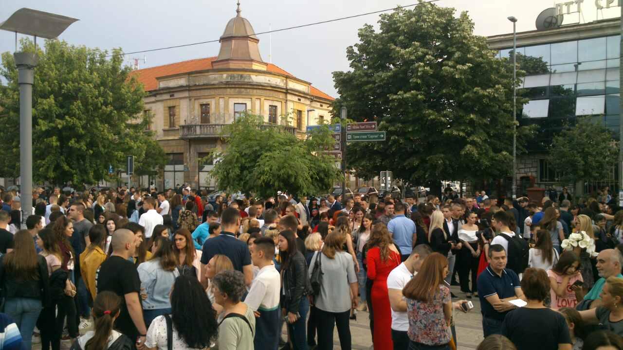Photo of Maturanti Ekonomske škole večeras oduševili Piroćance (FOTO)