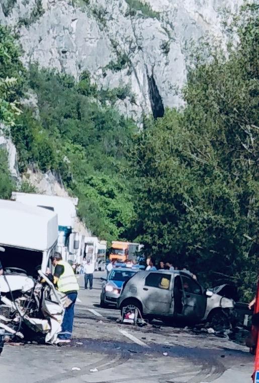 Photo of Teška saobraćajna nesreća u Sićevu! Jedna osoba poginula – devet povređenih