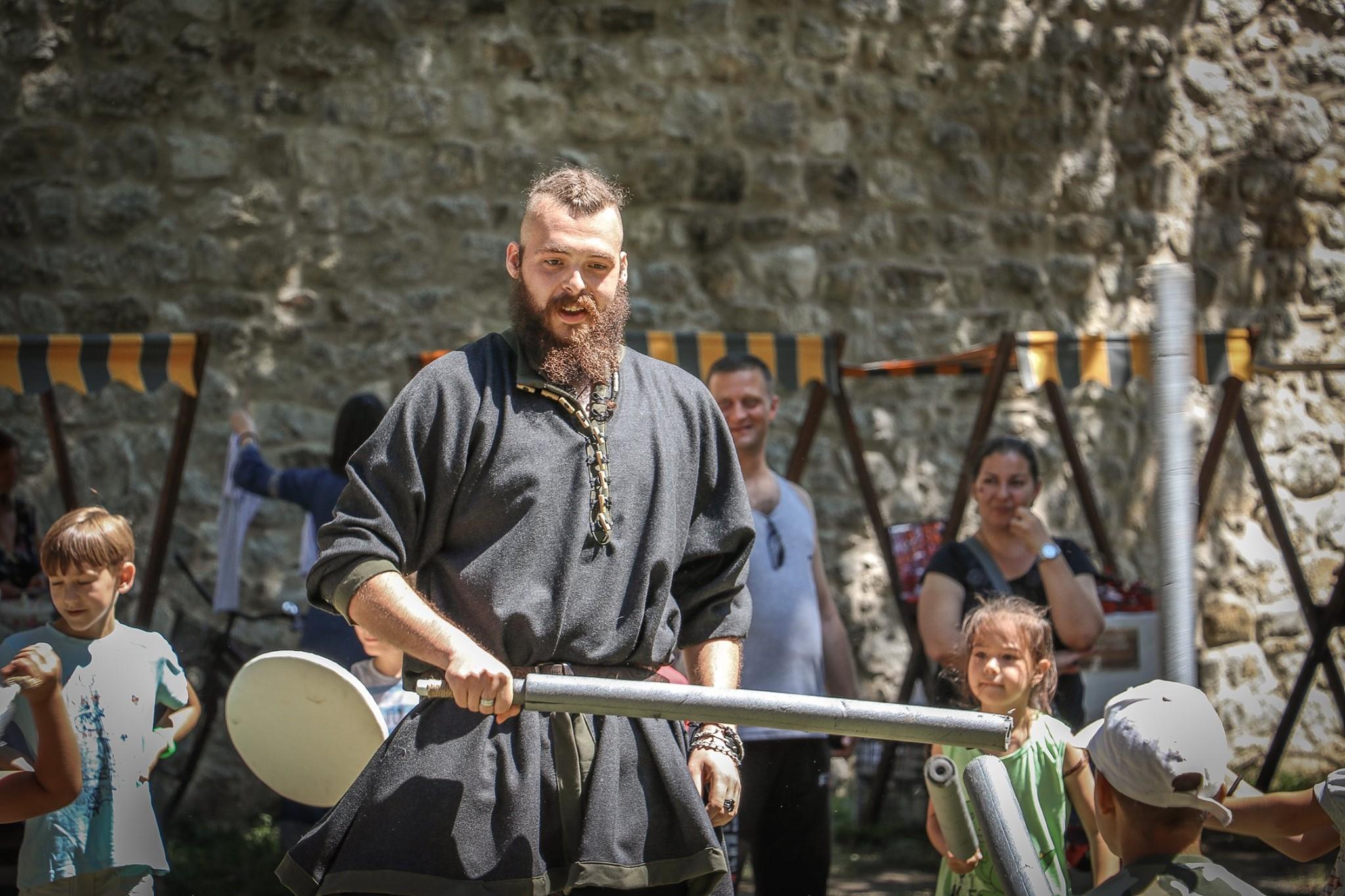 Photo of Kale Fest izazvao ogromno interesovanje – popodne borbe vitezova, radionica srednjovekovnog nakita ali i predstava Hasanaginica