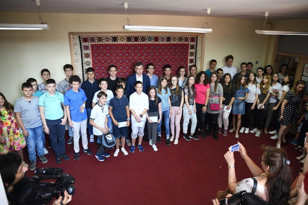 Photo of Grad podelio novčane nagrade najuspešnijim školarcima iz svih škola