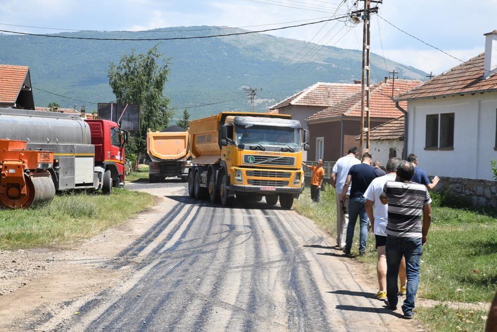 Photo of Asfaltira se ulica u Velikom Jovanovcu – novi asfalt do škole i imanja