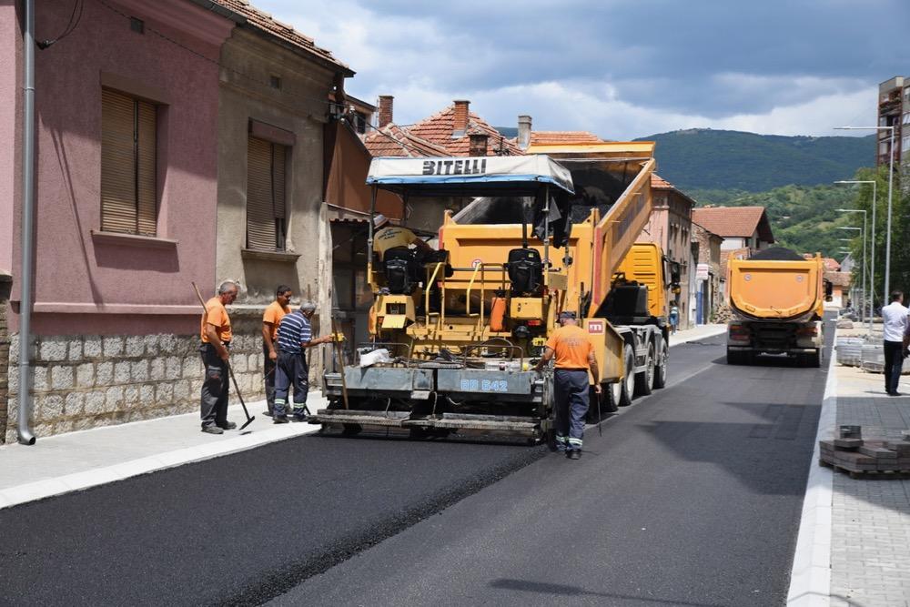 """Photo of Završava se rekonstrukcija Ulice """"7. juli"""". Više parking mesta, prave se mali trgovi a uređivaće se i dvorište zgrada"""