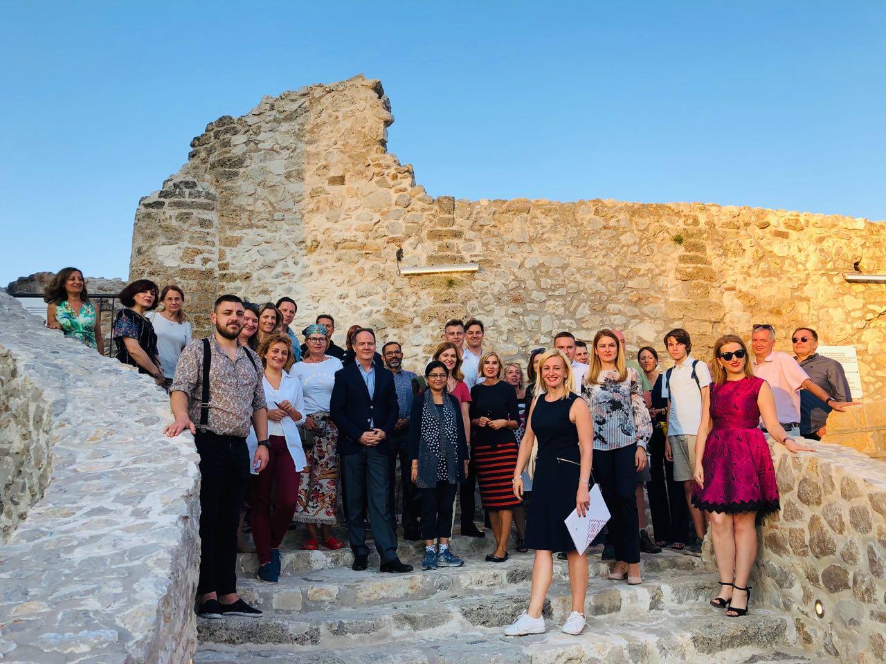 Photo of Predstavnici desetak ambasada u Pirotu. Danas popodne obišli tvrđavu Momčilov grad, sutra Tkačku koloniju