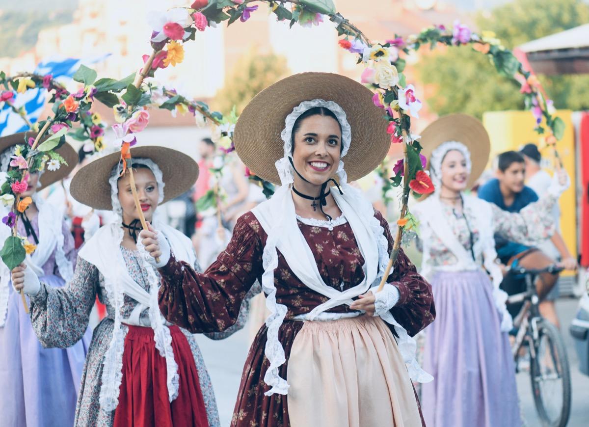 Photo of Defileom učesnika počeo petnaesti Međunarodni festival folklora (FOTO GALERIJA)