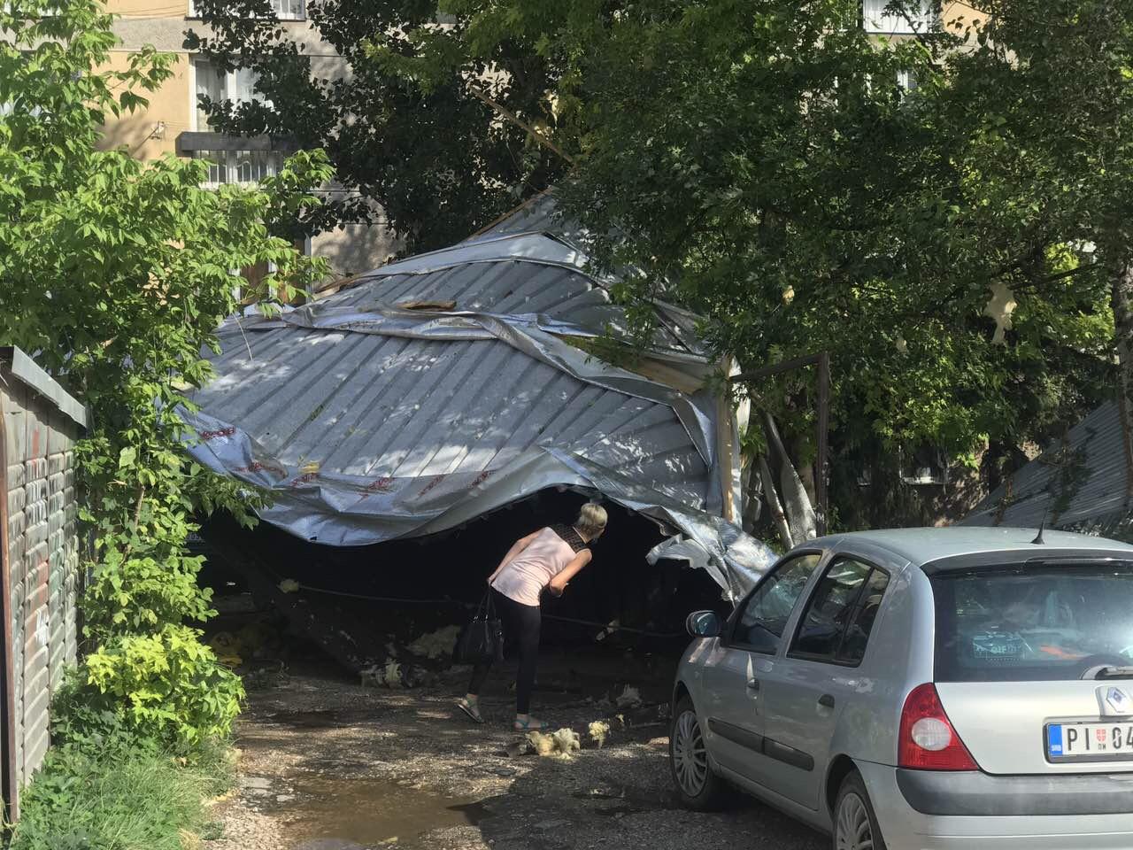 Photo of Vetar odneo kompletan krov sa zgrade u Branka Radičevića